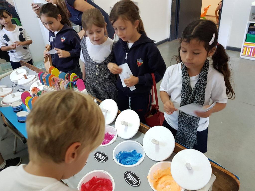 kinder jugando a simulación de venta de helados