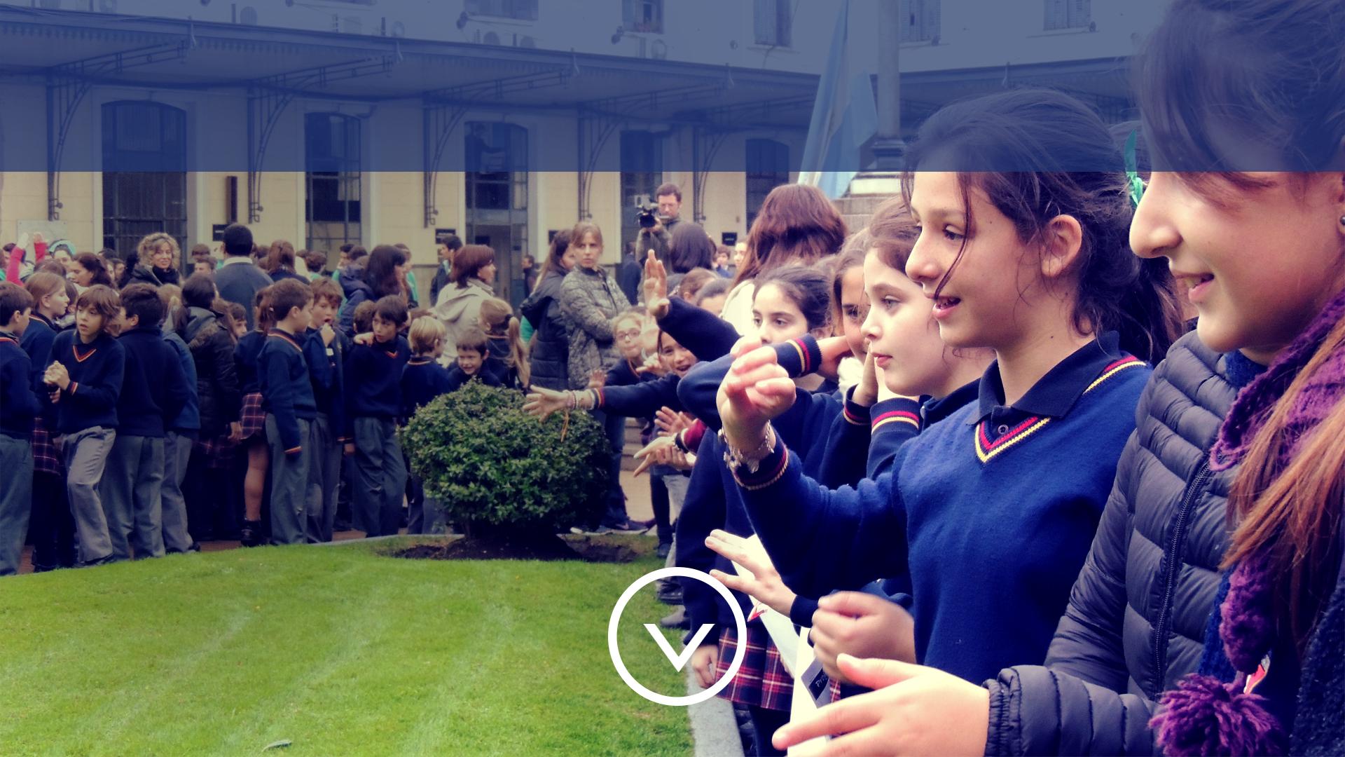 alumnos en el patio central del colegio carmen arriola de marín