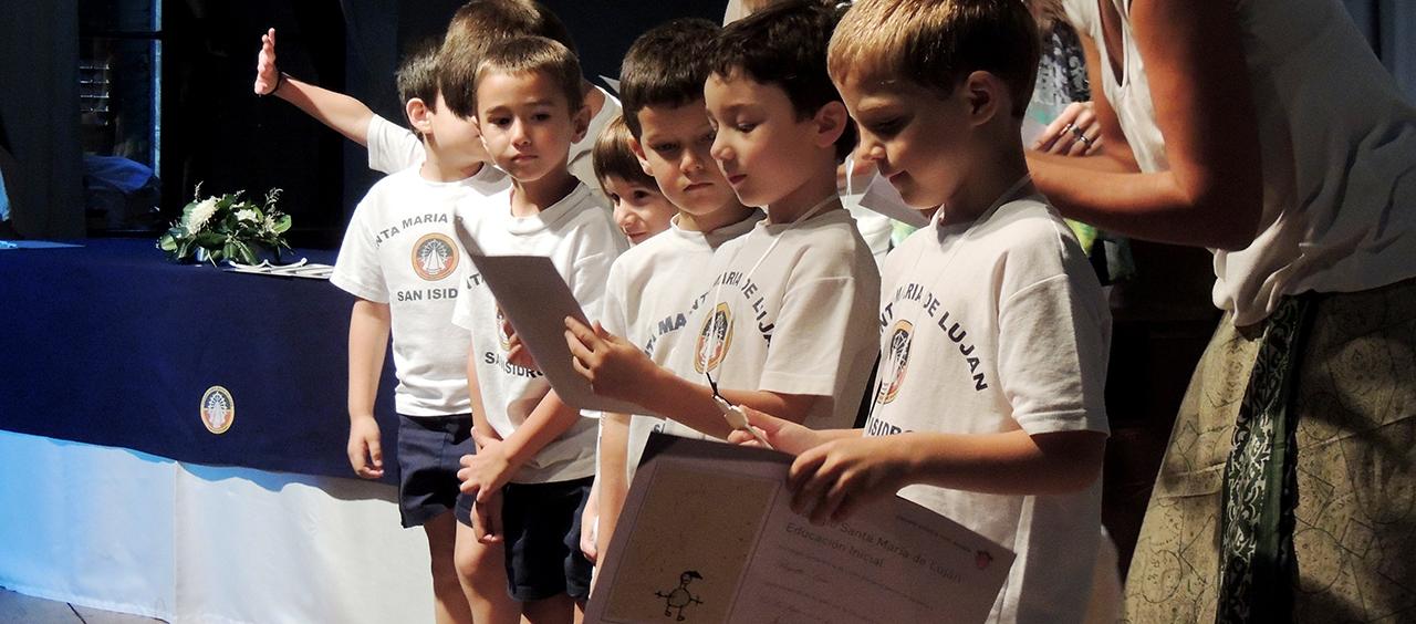alumnos leyendo en acto
