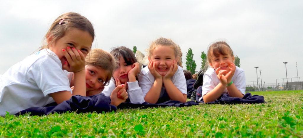 alumnos posando en las áreas verdes del colegio